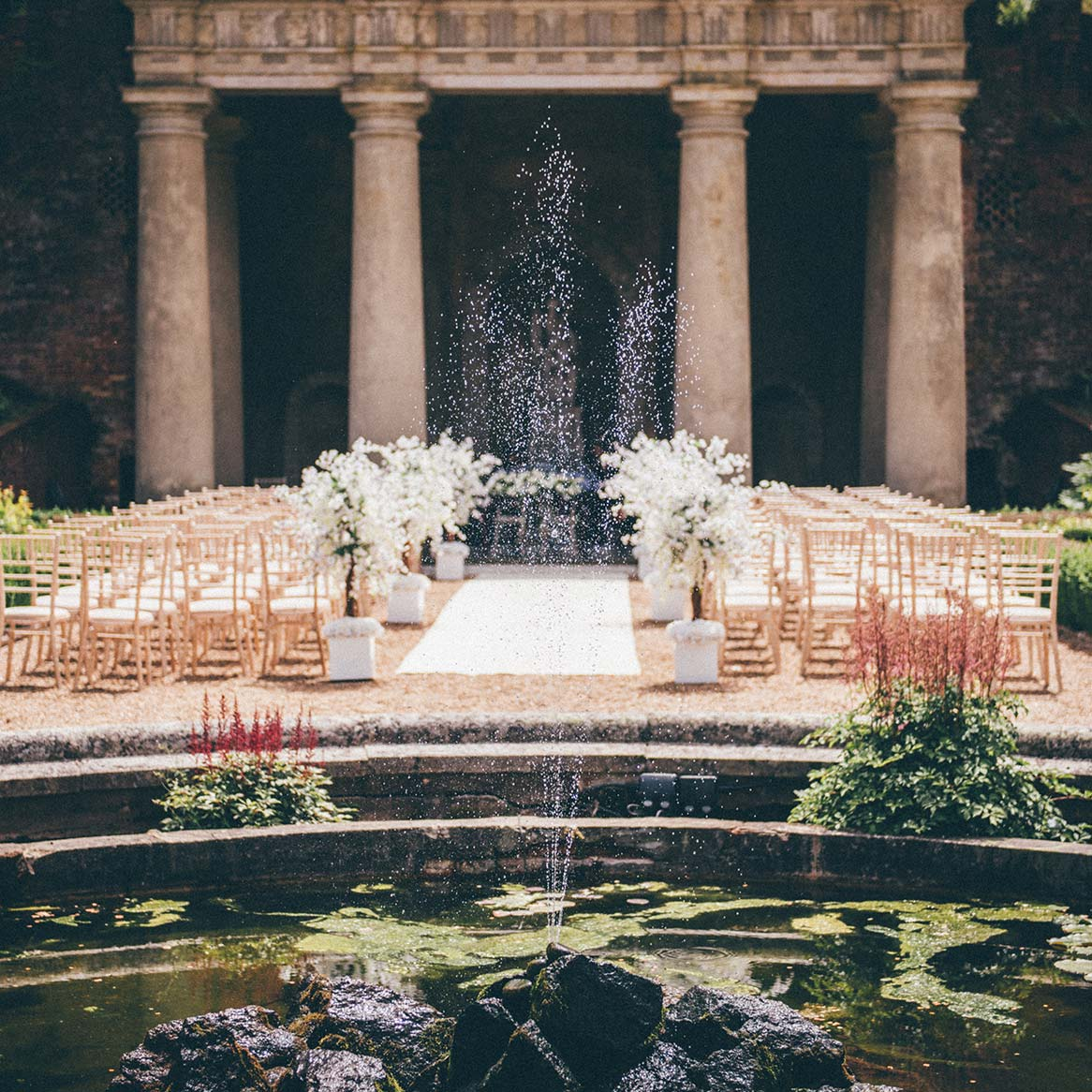 The outdoor wedding isle and fountain